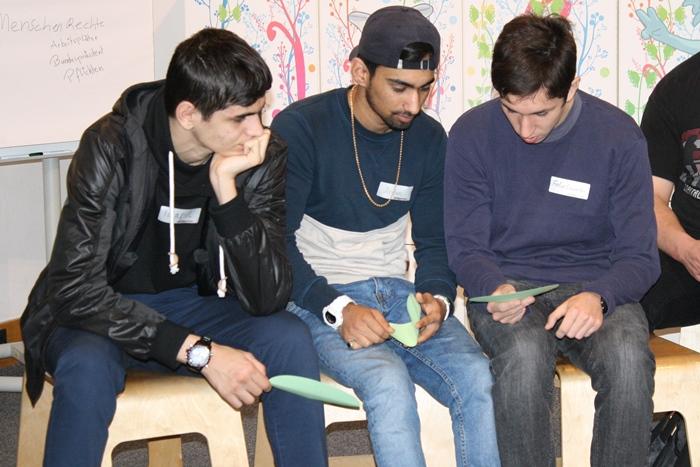 Lehrlinge beim Beschriften von Kärtchen im Rahmen einer Gruppenarbeit