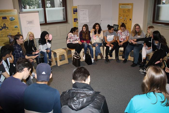 Die Lehrlingsgruppe berät im Sesselkreis