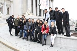 Gruppenfoto der Lehrlinge vor dem Parlament