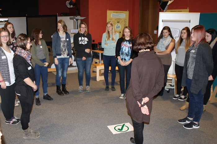 Lehrlinge stehen im Kreis bei einer Gruppenübung
