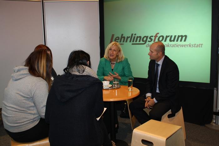Bundesrätin Ingrid Winkler und Bundesrat Gerald Zelina im Gespräch mit Lehrlinge