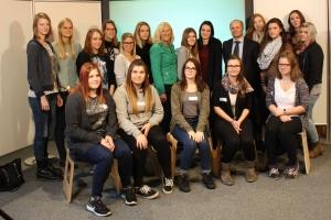 Gruppenfoto der Lehrlinge gemeinsam mit Bundesrätin Ingrid Winkler und Bundesrat Gerald Zelina