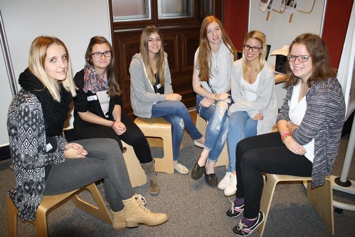 Eine Gruppe junger Frauen sitzt im Sesselkreis