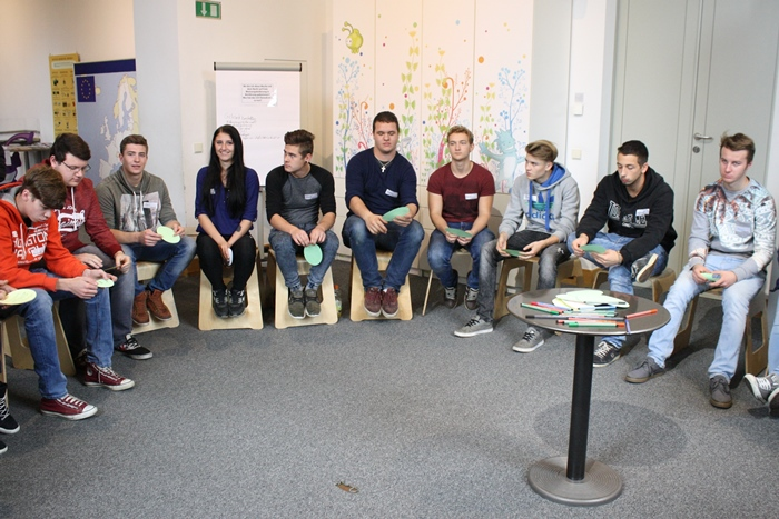 Gruppe der Berufsschule Knittelfeld sitzt im Sesselkreis