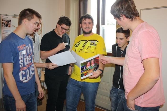 Sechs Lehrlinge diskutieren über einige Bilder