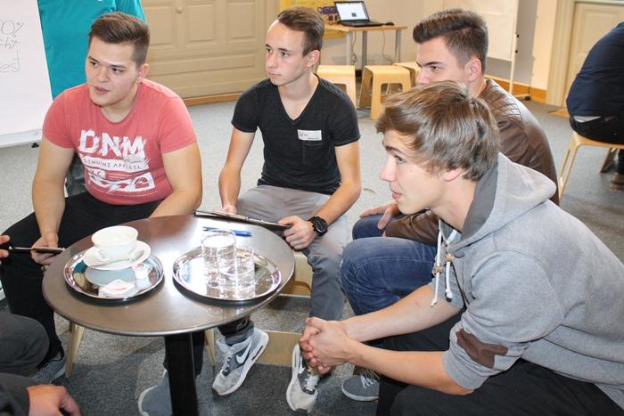 Lehrlinge diskutieren in einer Kleingruppe
