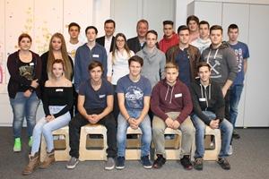 Gruppenfoto der Lehrlinge gemeinsam mit Nationalratsabgeordnetem Ernst Gödl und Nationalratsabgeordnetem Wolfgang Zanger