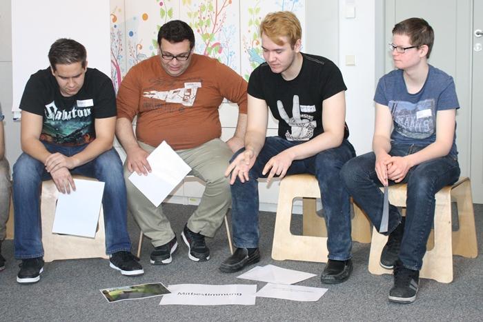 Lehrlinge diskutieren in der Kleingruppe über Begriffe und dazu passende Bilder