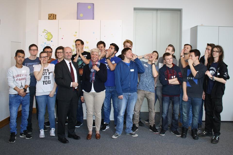 Gruppenfoto der Berufsschule Maschinenbau gemeinsam mit Monika Mühlwerth und Gerald Zelina