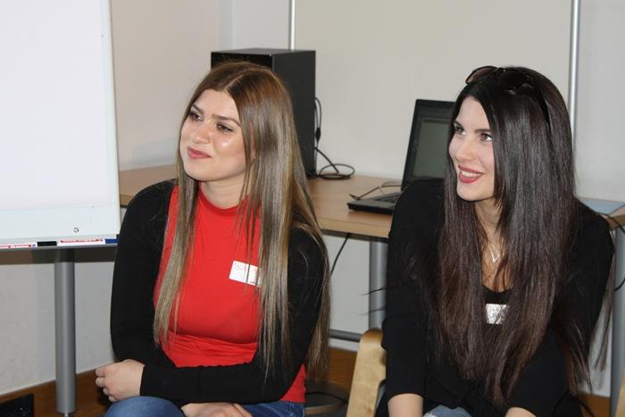 Zwei Lehrlinge neben einem Flipchart