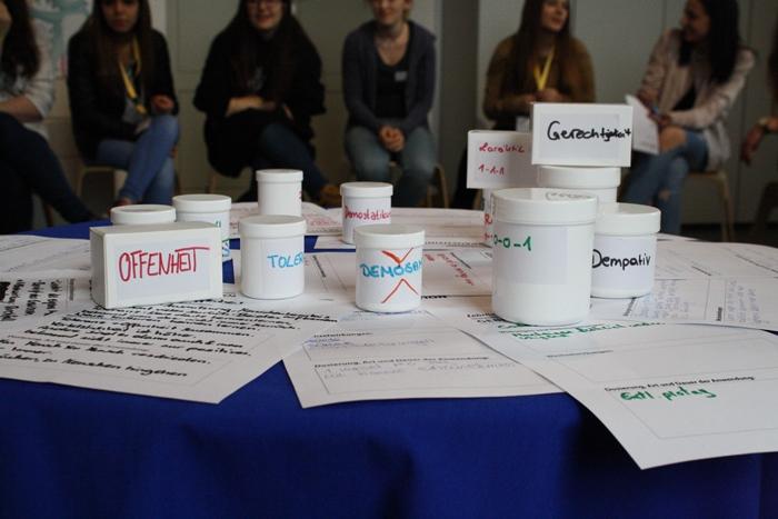 Beschriftete Medikamentenpackung und Cremedosen mit Rezepten für eine funktionierende Demokratie