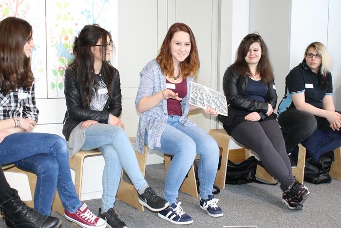 Präsentation von Begriffen und dazu passenden Bildern im Sesselkreis