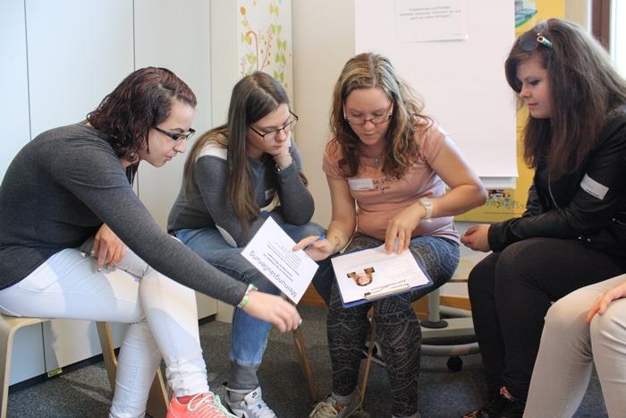 Vorbereitung in der Kleingruppe auf die Gesprächsrunde mit Politikerinnen