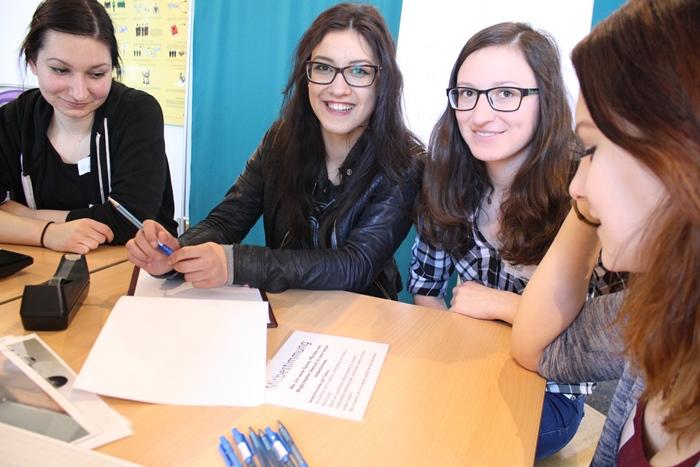 Lehrlinge arbeiten Fragen für die Gesprächsrunde mit Politikerinnen aus