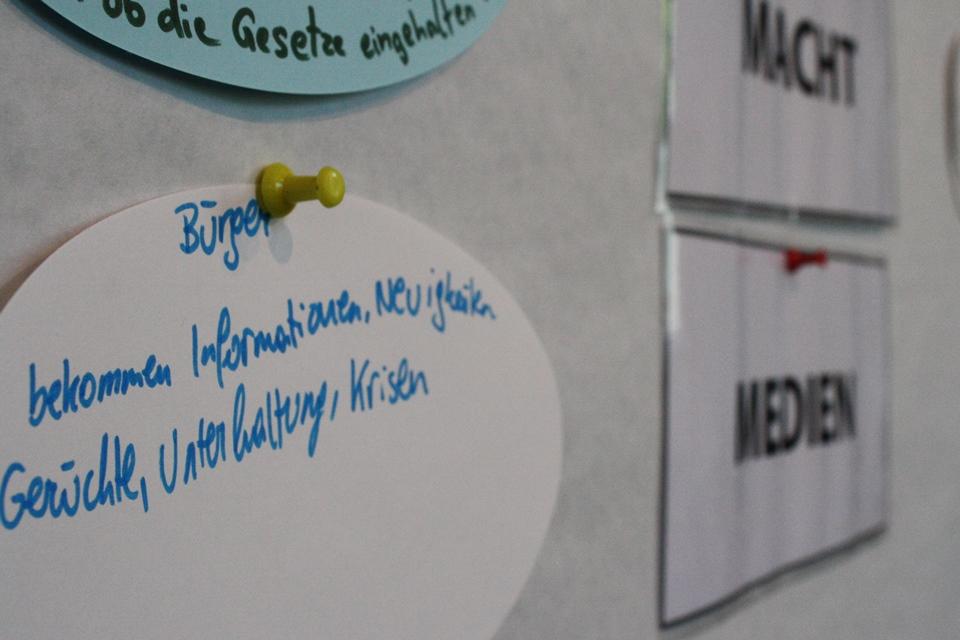 """von Lehrlingen beschriftete Moderationskarten zum Thema """"Information"""""""