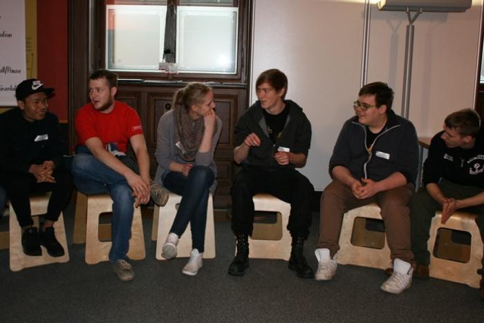 Ausschnitt der Gruppe von Lehrlingen im Sesselkreis