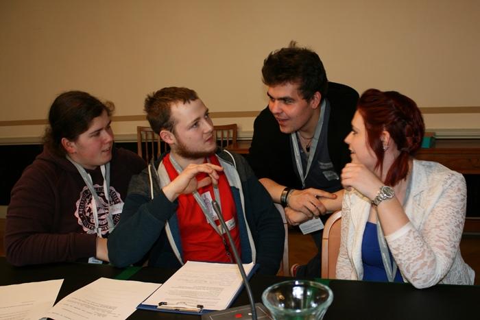Vier Lehrlinge diskutieren während der Ausschusssimulation