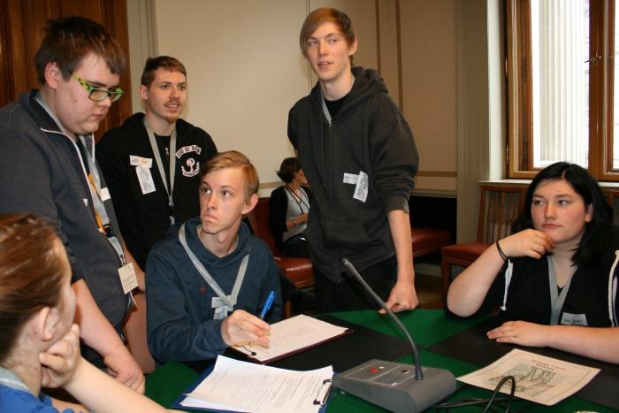 Sechs Lehrlinge debattieren während der Ausschusssimulation