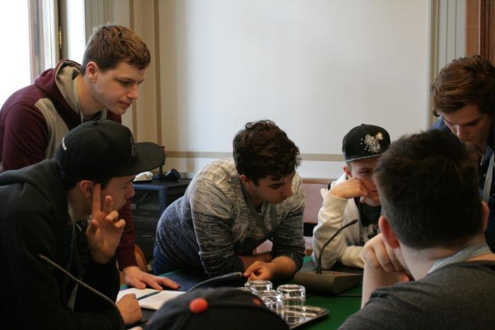 Lehrlinge besprechen sich während der Ausschusssimulation in ihren Klubs