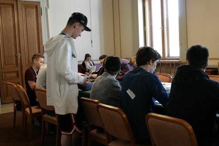 Ein Lehrling trägt seinen Standpunkt vor während der Ausschusssimulation