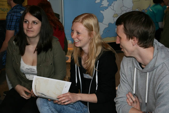 Drei Lehrlinge beim Diskutieren in der Kleingruppe