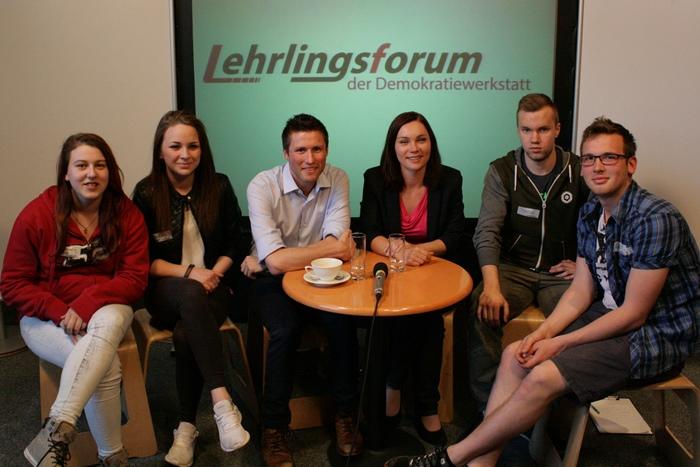 Gruppenfoto einer Kleingruppe mit Nationalratsabgeordneter Eva Maria Himmelbauer und Bundesrat David Stögmüller