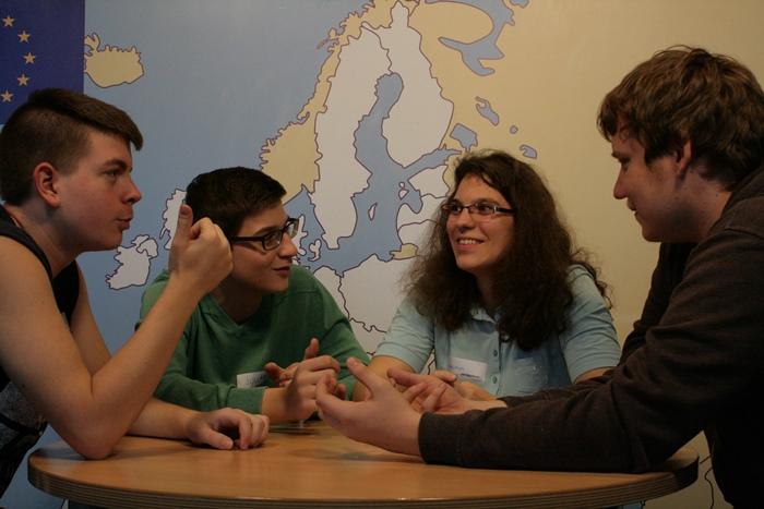 Angeregtes Diskutieren zwischen Lehrlingen in der Kleingruppe
