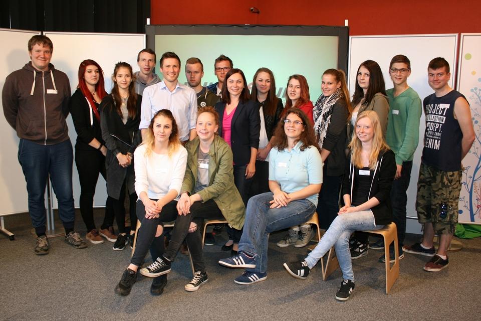 Gruppenfoto der Lehrlinge gemeinsam mit Nationalratsabgeordneter Eva Maria Himmelbauer und Bundesrat David Stögmüller
