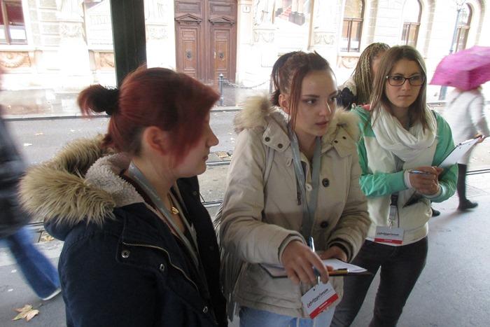 Drei Lehrlinge führen auf der Straße eine Umfrage durch und machen Notizen