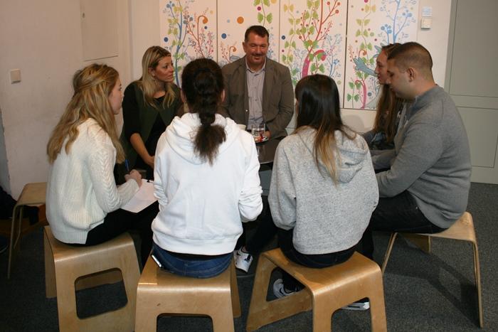 Jugendliche diskutieren mit den Abgeordneten zum Nationalrat Katharina Kucharowits und Günther Kumpitsch