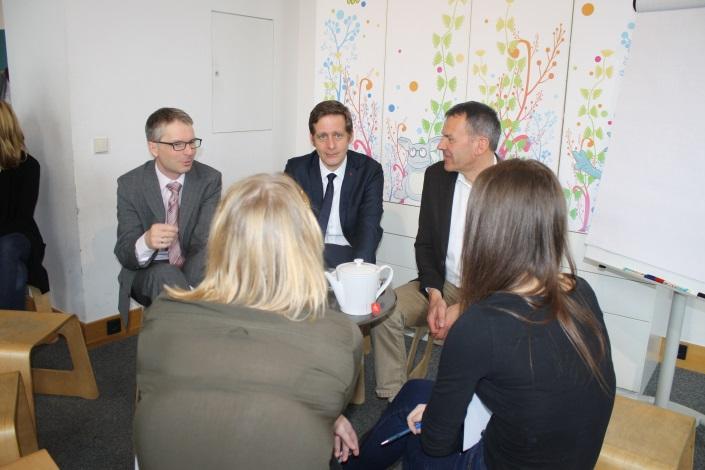 NR-Abgeordnete und ein Jurist im Gespräch mit Lehrlingen