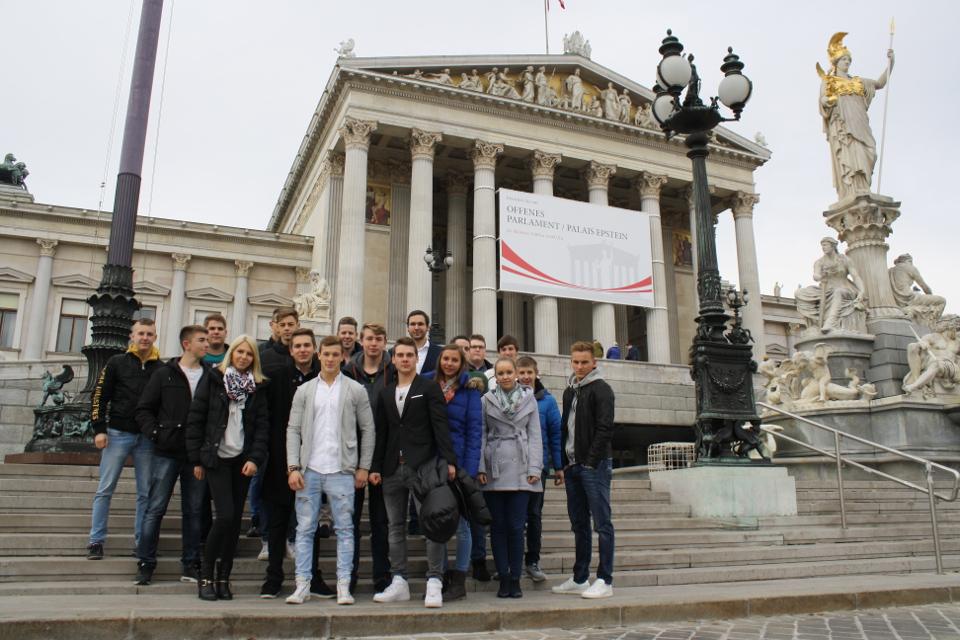 Lehrlingsgruppe vor dem Parlamentsgebäude