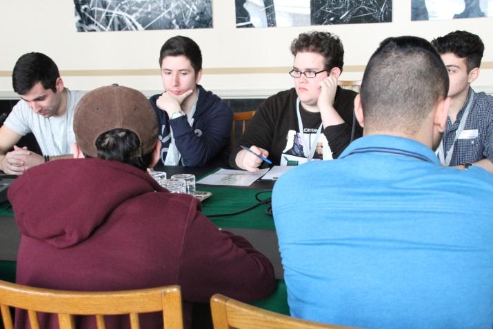 Lehrlinge sitzen am Tisch