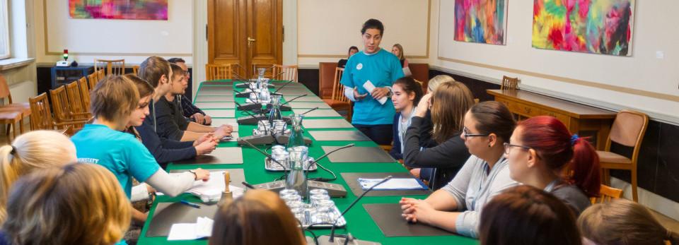 Lehrlinge beraten in einem Ausschusslokal eine Gesetzesänderung