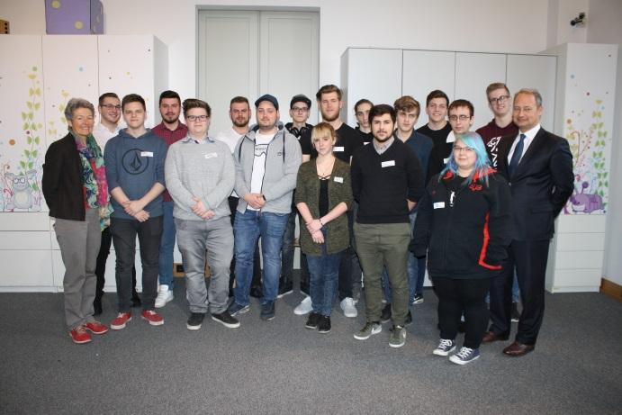 Gruppenfoto Lehrlinge ÖBB mit NR-Abgeordnetem und Bundesratsmitglied